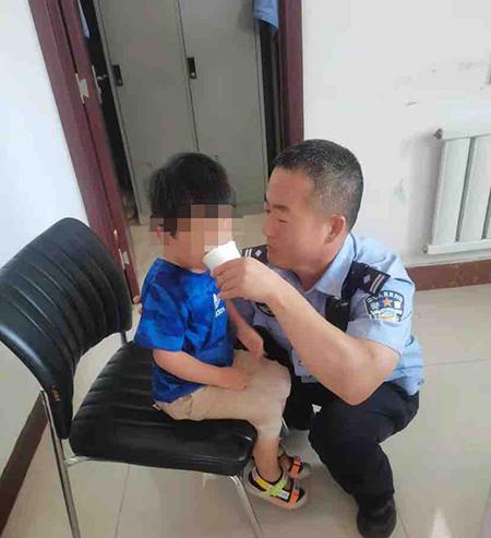 孩子别怕 警察叔叔帮你找妈妈